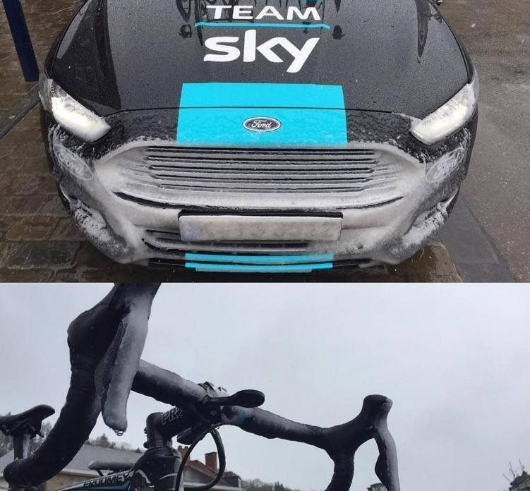Így nézett ki a Sky csapatkocsija és a bringák a rajtnál