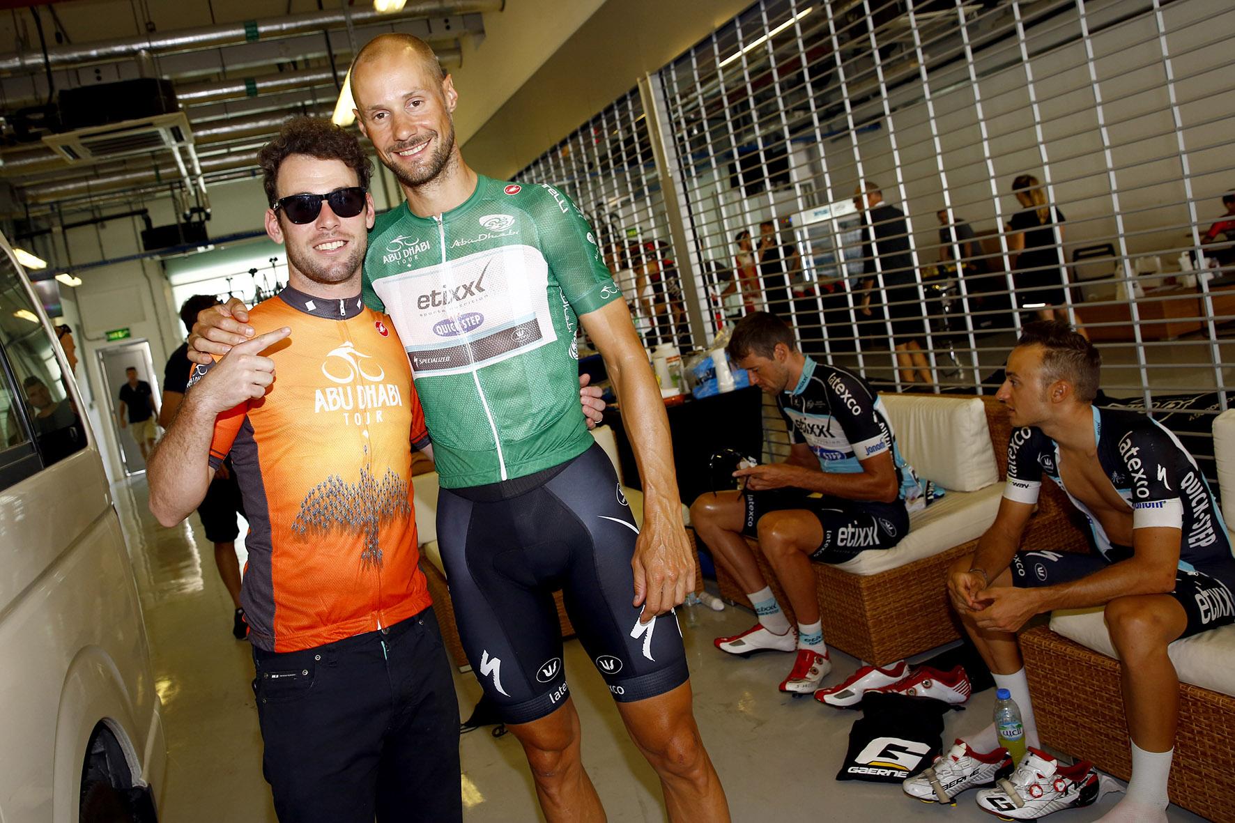 Boonen itt még mosolyog Cavendish társaságában, azóta be van kötve az arca... (Fotó: Luca Bettini/RCS Sport)