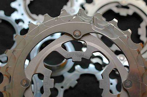 A titán (esetleg alumínium) hátsó lánckererek alkalmazása tipikus esete annak, hogy ami jó a versenyzőnek, nem biztos, hogy ideális az aatőr kerékpárosnak. A tetemes költségtöbblet mellett számoljunk lényegesen rövidebb futásteljesítménnyel, kissé pontatlanabb váltással...
