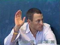 Lance Armstrong a 2005-ös meghallgatásakor, amikor éppen eskü alatt vallja, hogy sohasem használt tiltott teljesítményfokozókat. Az SCA Promotions elutasította, hogy kifizesse a bónuszait a 2004-es Tour de France-ért