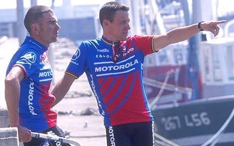 Armstrong és a későbbi Sky csapatfőnök, Sean Yates