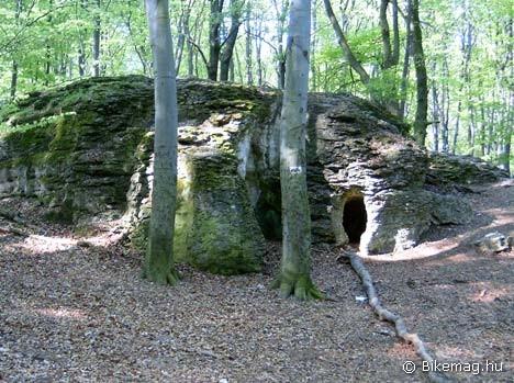 Likaskőt a több irányból kialakult barlangjáratok teszik érdekessé