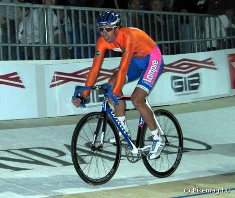 Alessandro Ballan nem csak országúton van a toppon - itt éppen a milánói párosversenyen jeleskedik