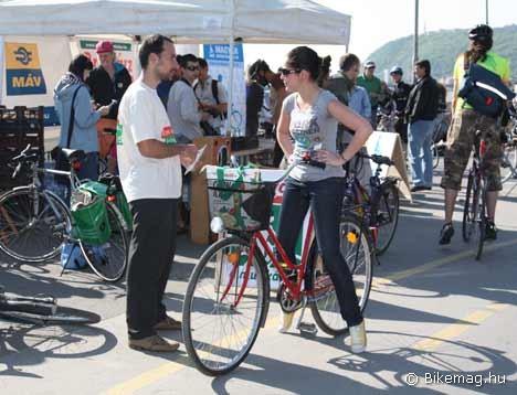 A szervezők bringás reggelire invitálták a munkába igyekvő kerékpárosokat...