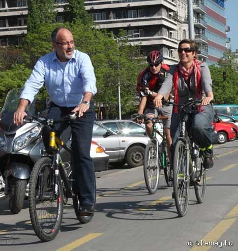 A sajtótájékoztató helyszínére Szabó Imre miniszter is bringával érkezett