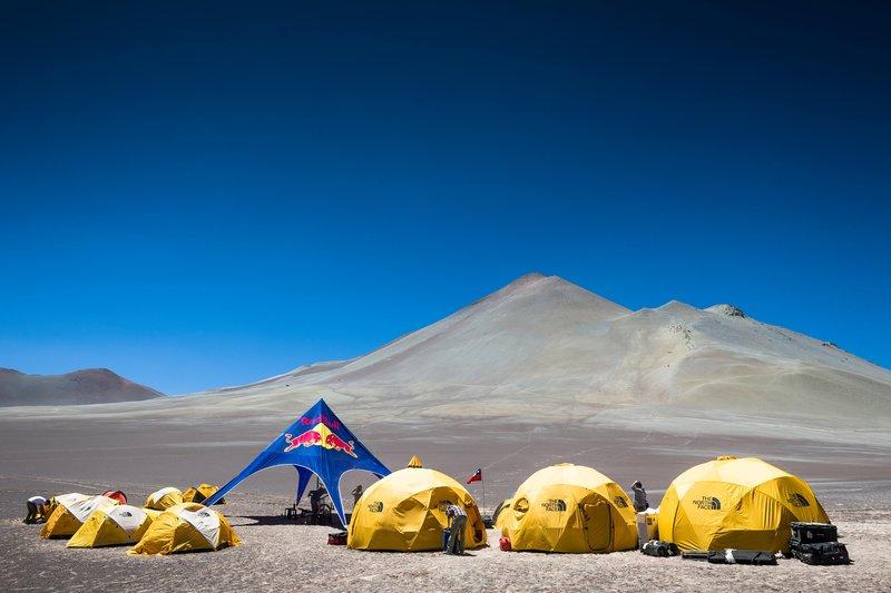 A Red Bull sátortábort vert a hegy aljában...