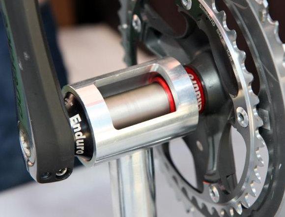 Egy BB30-as rendszerű vázba adapterrel belemegy az integrált hajtómű, ellenben a BB86-osba nem szerelhető be a BB30-as...