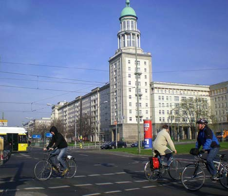 Kerékpárral közlekedik mindenki, mindenféle időjárási körülmények között