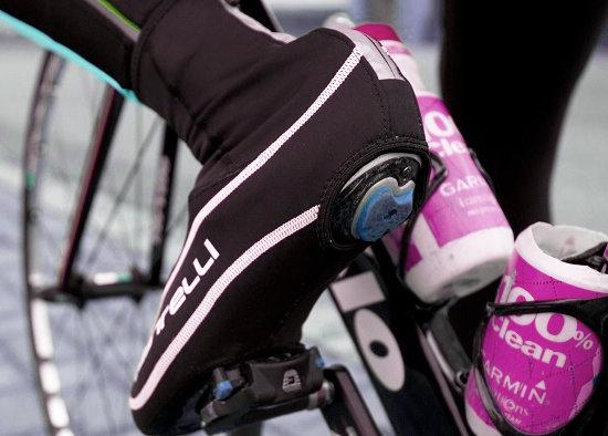 Ha ősszel és télen is kerékpározunk, célszerű speciális kerékpáros ruházatot beszerezni - a láb védelme a kéz mellett talán a legfontosabb!