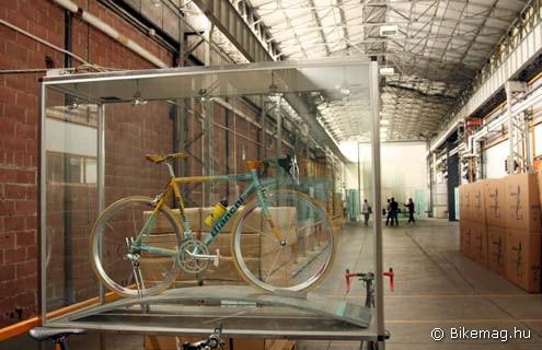 Az előcsarnokban Marco Pantani versenygépe fogadja a látogatót