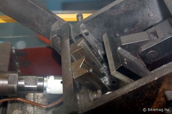 Speciális marógépekkel szabják méretre a csöveket - ez itt éppen a támvillák nyeregvázcsőbe csatlakozásának áthatását alakítja ki