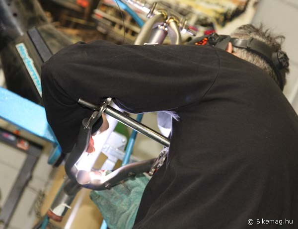 Az alumínium vázak hegesztése a látogatásunk tárgyát képező csarnokban kézimunkával folyt