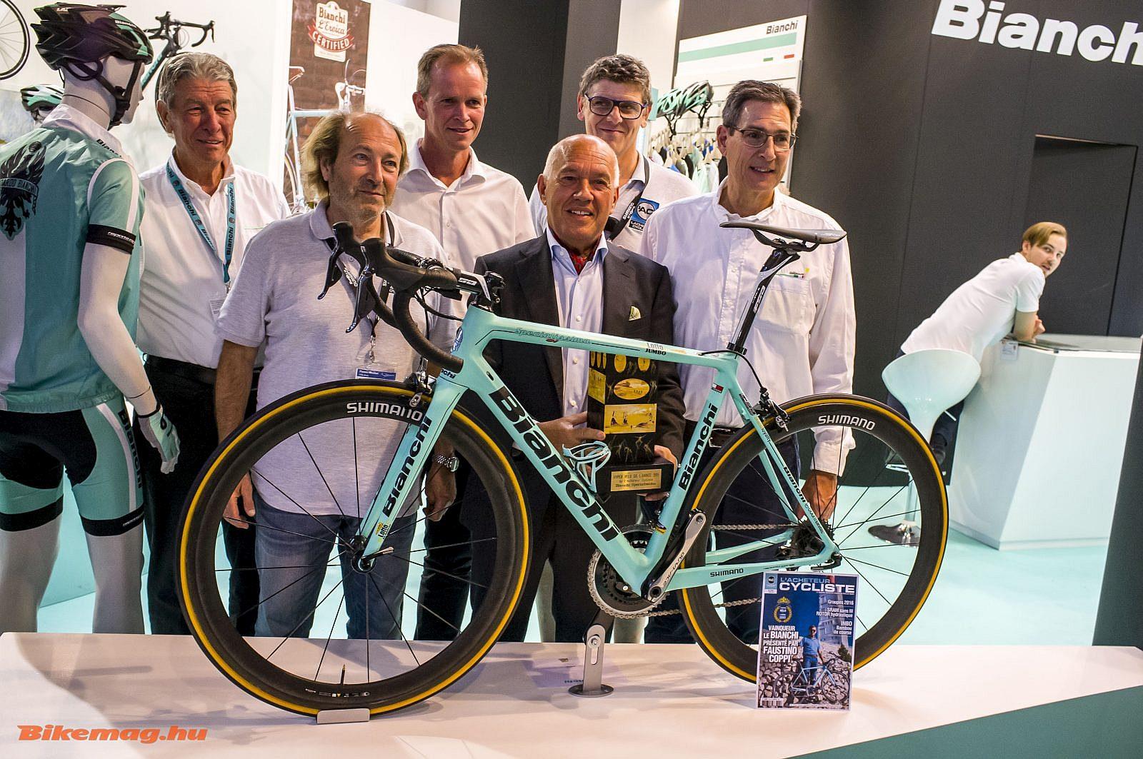 Büszkén mutatják a standon, hogy az új Bianchi Specialissima egy francia magazin szerint az év legjobb bringája