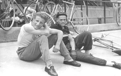 Elsőéves válogatott kerettagként a Millenárison (jobbról), 1954