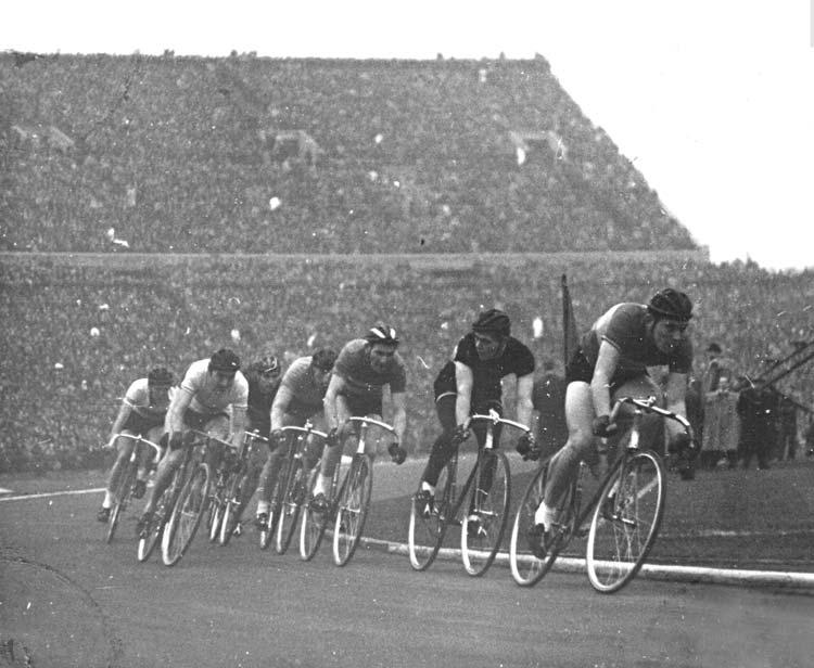 Salakpályás kerékpárverseny az 1955-ös olasz-magyar labdarúgó mérkőzés szünetében - elöl a későbbi edző Goda Gyula, második pozícióban Bicskey Richárd