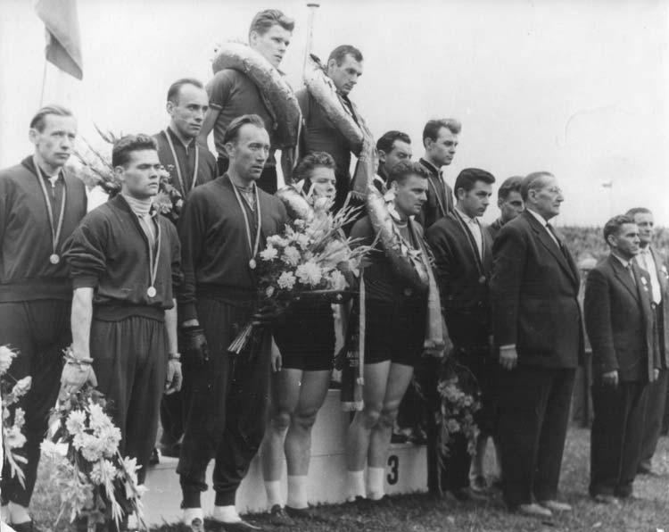 Ezüstérem 4000 méteres csapatban az 1958-as Európa-bajnokságon. A csapat tagjai balról: Sipos Zoltán, Bicskey Richárd, Furmen Imre, Pásztor István