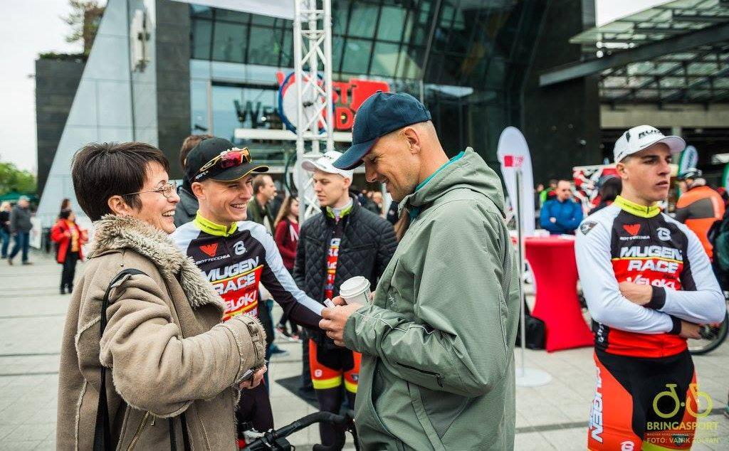 Rajt előtt a V4 Kerékpárverseny legjobb magyar versenyzőjével, Filutás Viktorral és édesanyjával (Fotó: Vanik Zoltán)