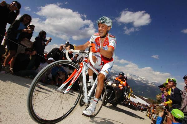Garzelli a hegyekben egy nem tömegre kihegyezett kerékpár nyergében: összeségében mindig gyorsabbak leszünk egy aerodinamikus vázzal, akkor is ha jelentős emelkedőket kell leküzdeni!