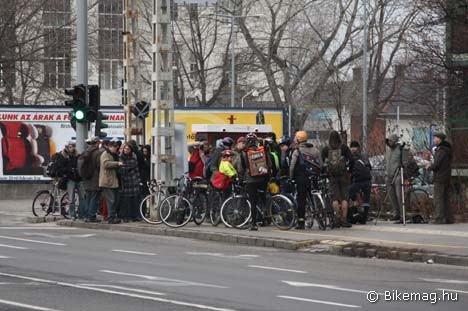 Sajtótájékoztatóra gyűlnek a bringások a Dráva utca és a Kárpát utca sarkán