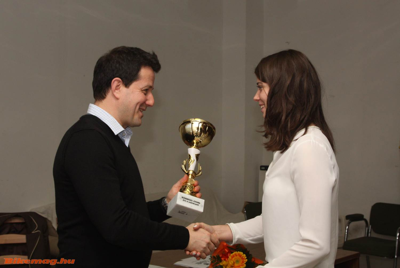 Borissza Johanna Kitti végzett az idei egyesületi pontrangsor élén, az ezért járó díjat Szentpáli Gábor adja át