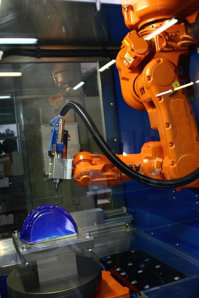 Robotok gyorsítják a gyártást.