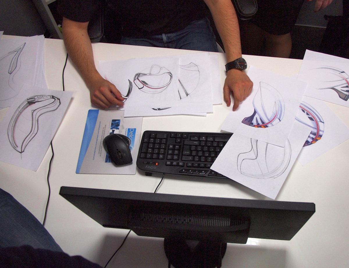 """A tervezőasztal felülről: jól látható hogy a CAD/CAM tervezés mellett folyamatosan készülnek a skiccek, majd minden sisakot """"megfaragnak""""..."""