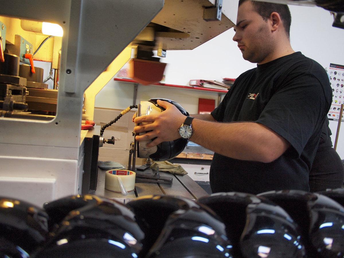 Speciálisan a sisakgyártásra tervezett gépek mellett egy-egy jól képzett munkaerő...
