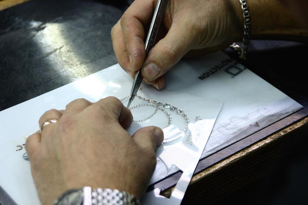 A kézimunka jelentősége óriási, főleg ha Swarovsky kristályokkal dolgozik a gyártó.