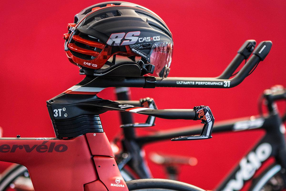 Stílusos, hi-tech bicajhoz dinamikus, jól azonosítható sisak dukál...