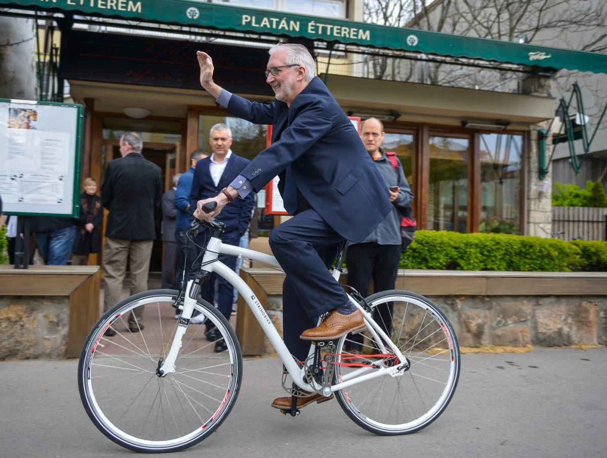 Mr. Cookson egy ajánék stringbike-kal távozik...