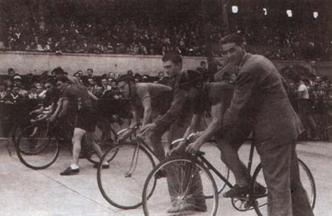 Egy sprintverseny rajtja 1946-ban a Millenárison. Csikóst Borbély Tibor indítja (jobbról). Tessék nézni, mennyien voltak a pályán!