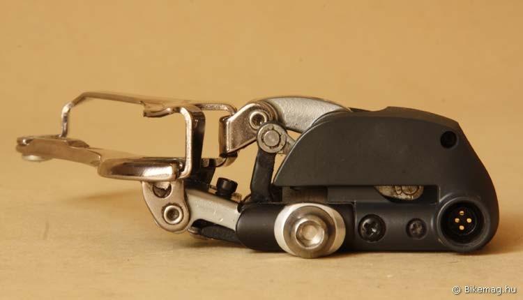 Kettes szorzó: a bowdenes Dura-Ace 7900-as első váltó a műfaj legkönnyebbike, ezzel szemben a képen látható 7970-es l közel dupla súlyban van: 121 g