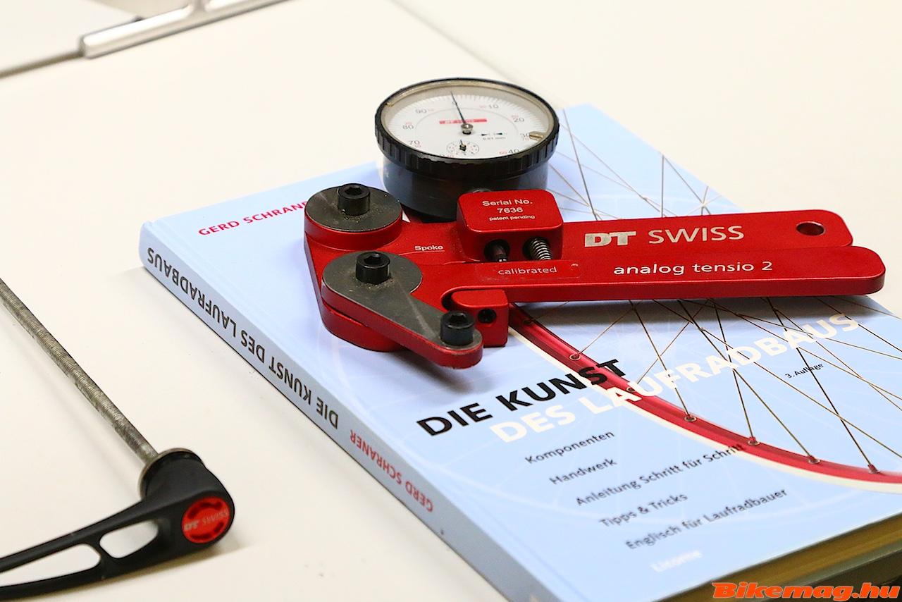 A küllőfeszesség mérő nagyon fontos eszköze a keréképítőknek, és bizony sokat van használatban.