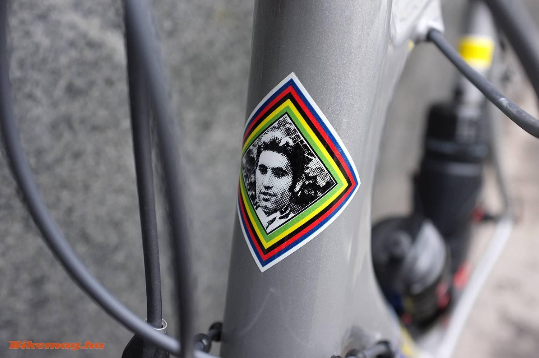 A legendás versenyző aktuális kerékpárja a dicső múltra emlékezik