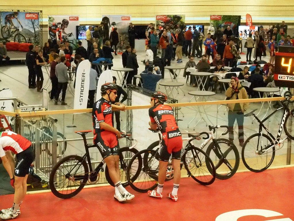 A BMC Wolrd Tour csapatának két svájci tagja, Danilo Wyss és Silvan Dillier kicsit előmelegítették a pályát a nyilvános edzésen.