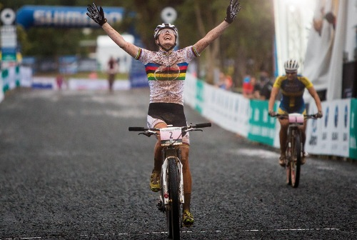 Alexandra Engen így örült győzelmének. Forrás: www.uci.ch