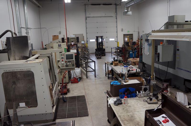 CNC gépek egymás hegyén hátán: helyben készülnek a karbonalkatrészgyártáshoz szükséges szerszámok is!