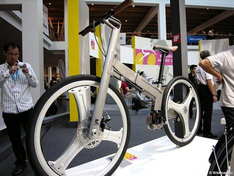 """Pacific Cycles Design - Egy mozdulattal összecsukható városi kerékpár, a tajvani gyártótól, amely mentes az összecsukható biciklik állandó """"kiskerék"""" betegségétől."""