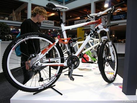 KTM Lycan - Gyönyörű csúcsmodell könnyű össztelós maratongép a KTM-től, melyet reméljük élőben is kipróbálhatunk majd.