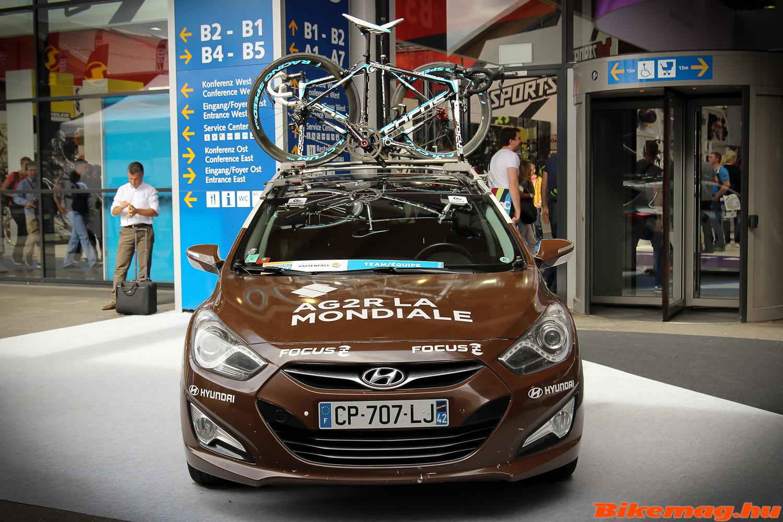 AG2R csapatautó Focus Izalco MAX kerékpárokkal a tetőn
