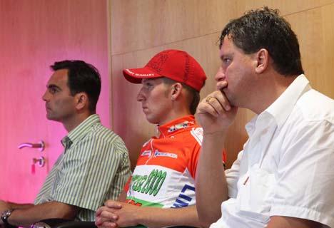 Vasvári Ferenc sajtófőnök; Cziráki István, a 2009-es év hosszútávú országúti bajnoka és Stubán Ferenc csapatfőnök (Betonexpressz 2000-Limonta)