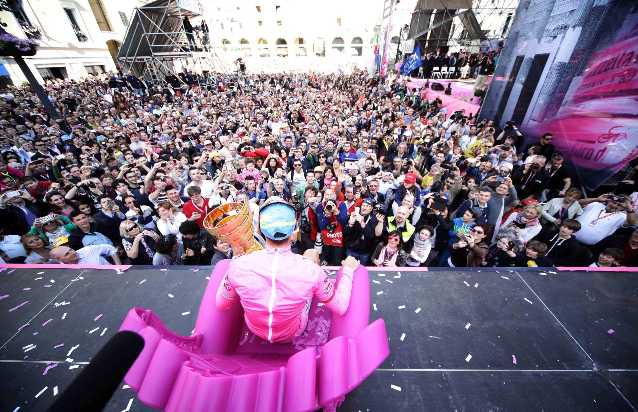 A királyt ünneplő tifosik tömege