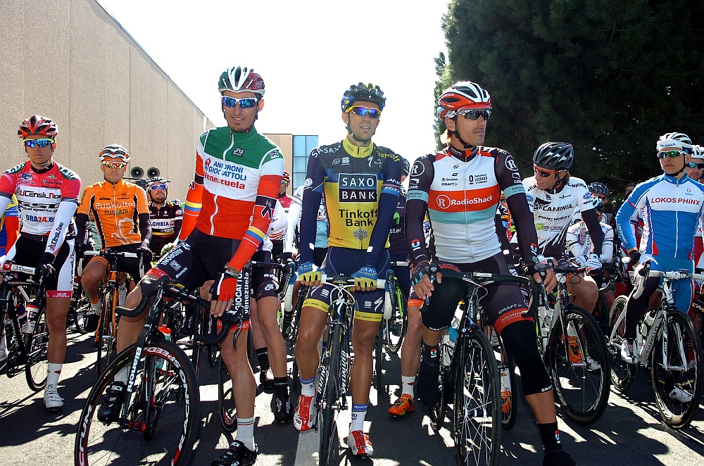 Simon Péter (bal oldalon) Pellizottival, Contadorral és Cancellarával a rajtnál (Fotó: Stefano Sirotti)