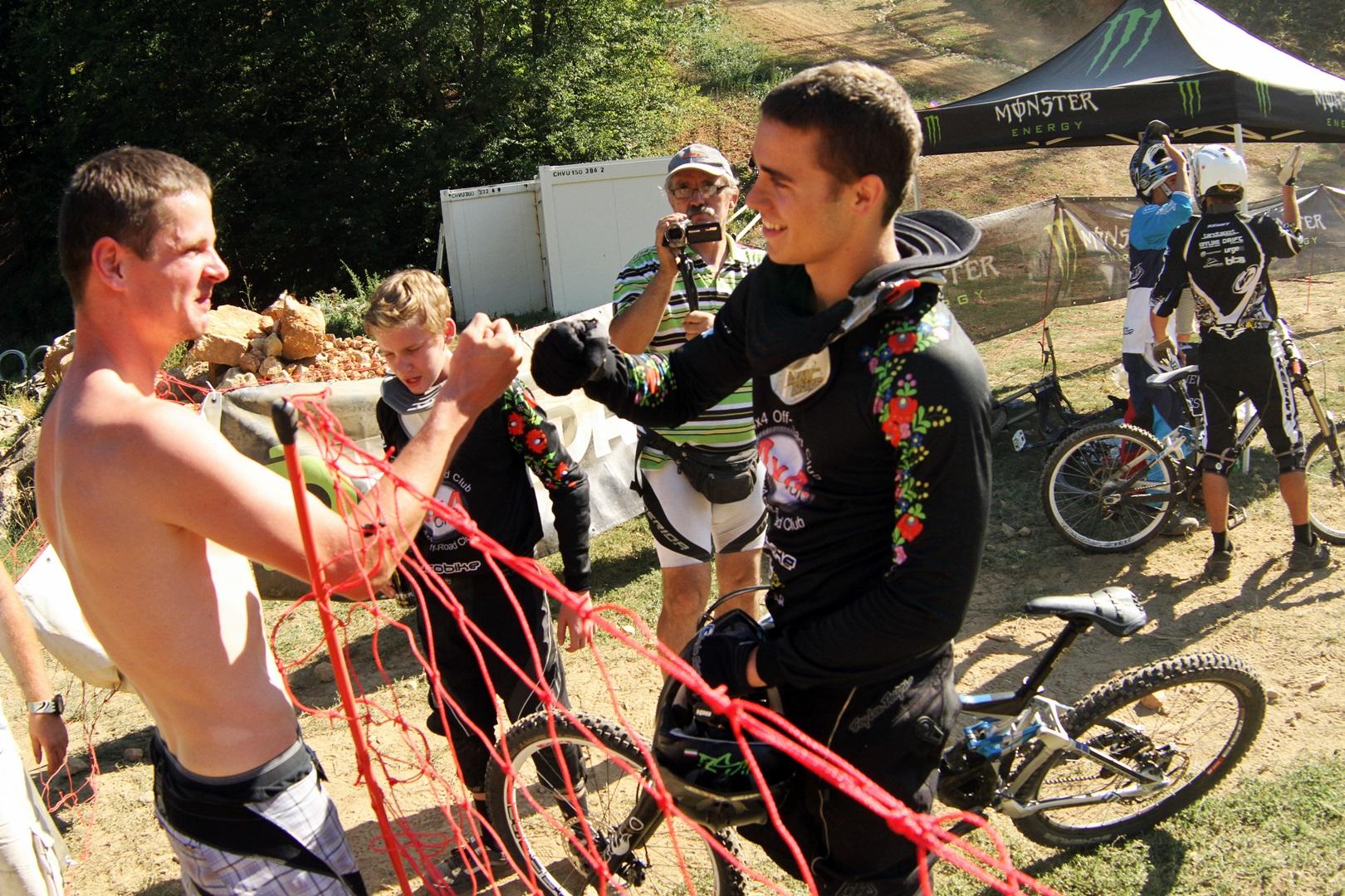 Gratulációk tömkelege: Szecskay András (Open 1. hely) és Liszi Attila (Elite Férfi 1. hely) (közöttük Soronics Olivér legjobb U15-ös), valamint jobbra Keresztes Péter (Elite Férfi 3. hely) és Kántor Miklós (Elite Férfi 2. hely)