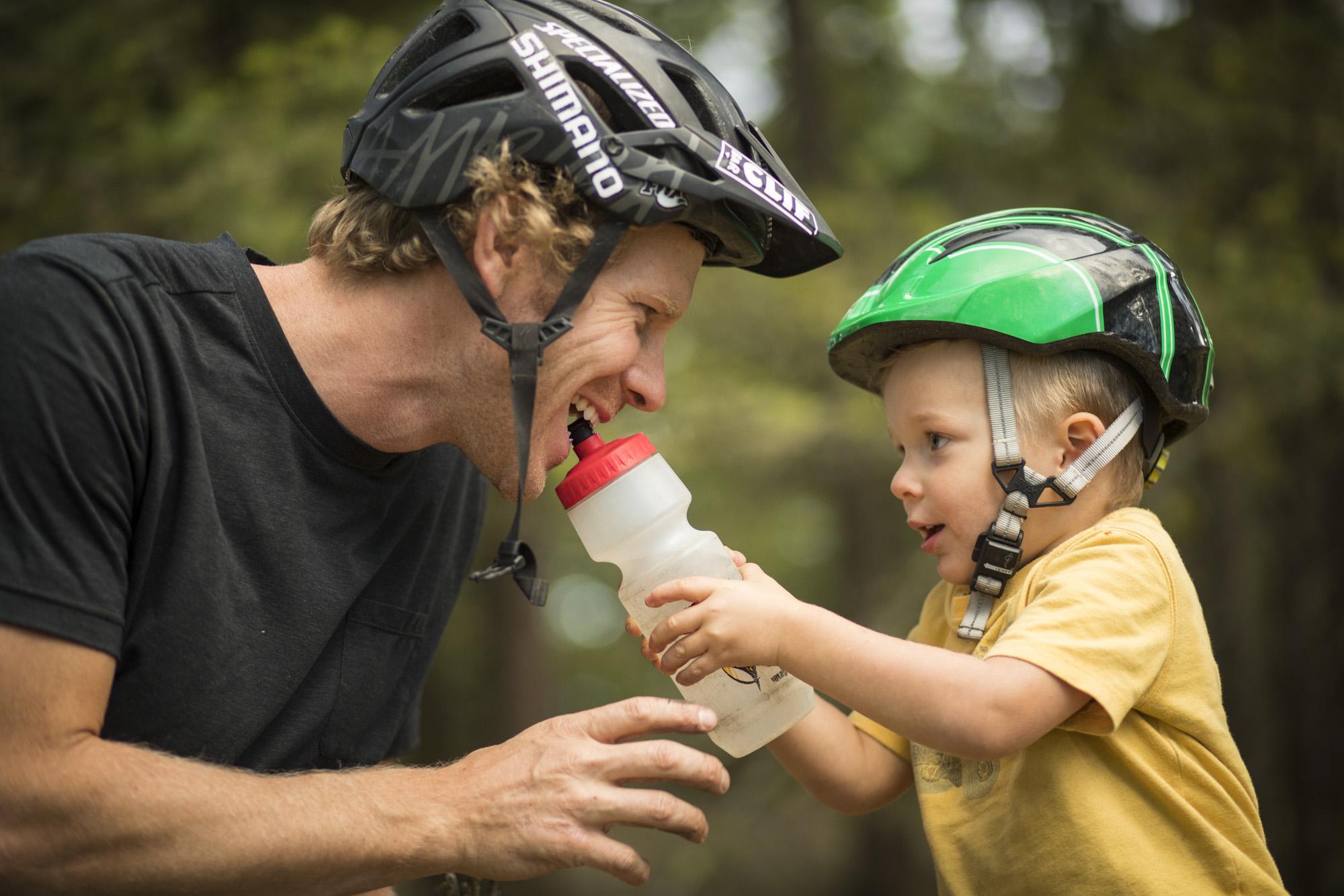 Nem csak Matt Hunter szoktatja korán a bringára a gyerekét :)