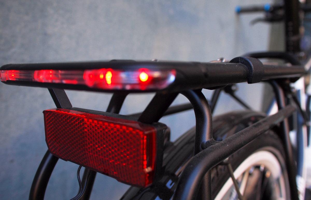 Hátul csomagtartóba integrált Hermans I-Valo világításrendszer...