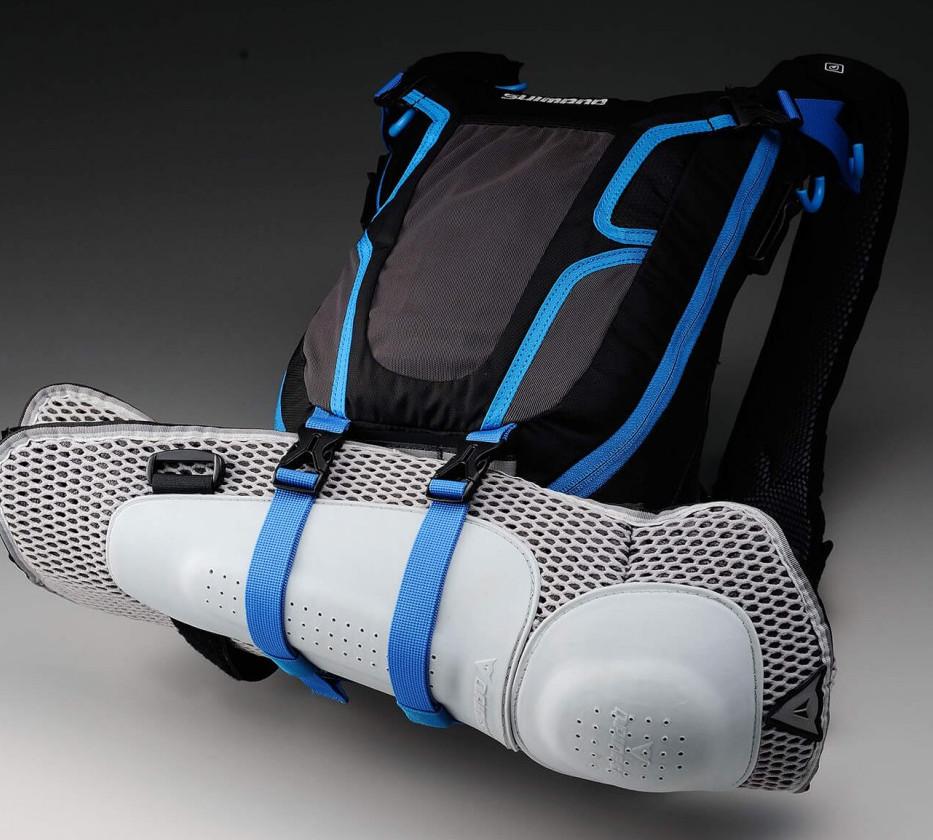 Extrém MTB-használathoz elengedhetetlen funkció a protektortartó, viszont napi használat során nehéz lenne funkciót találni a zsák alján lévő hevedereknek...