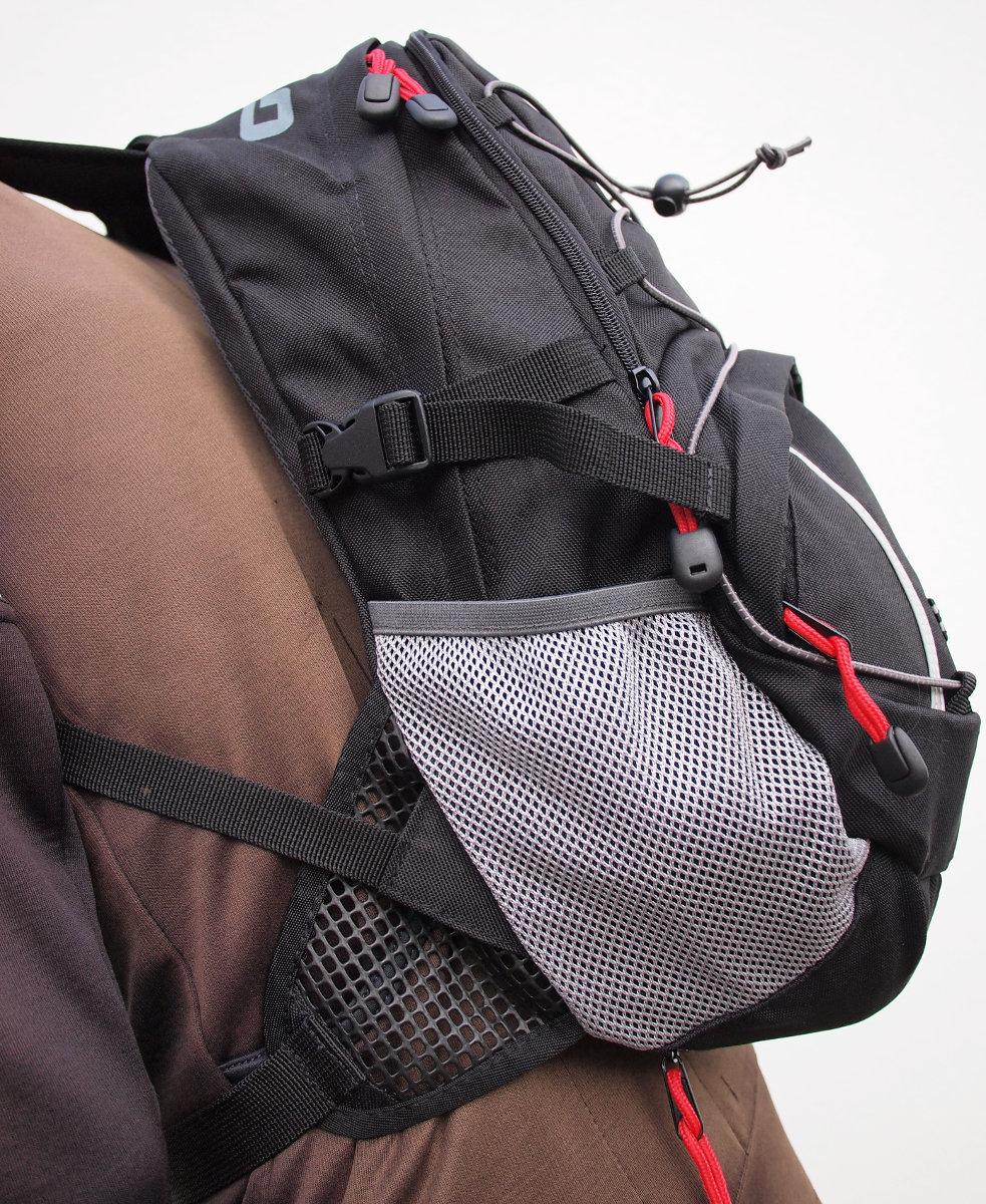 Vastag, masszív anyagból készült zsák számos hasznos funkcióval...