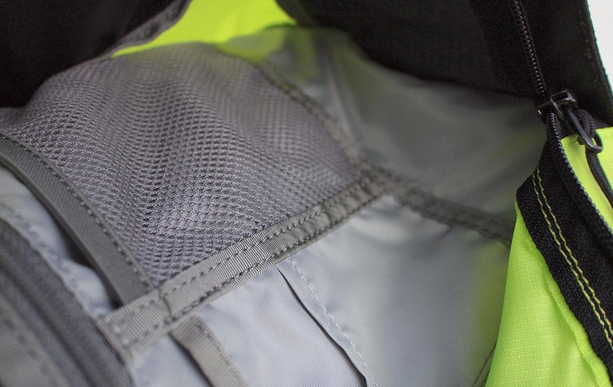 A főrekeszben számos belső zseb apróságoknak, kerékpáros felszerelésnek, értékeknek...