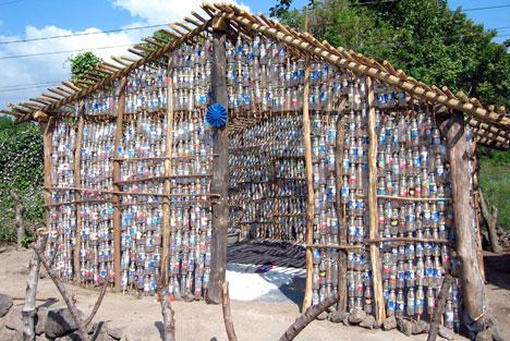 """Újrahasznosított """"építőanyagból"""" készült ház El Salvadorban"""
